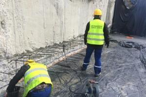 robotnicy podczas budowy hydroizolacji